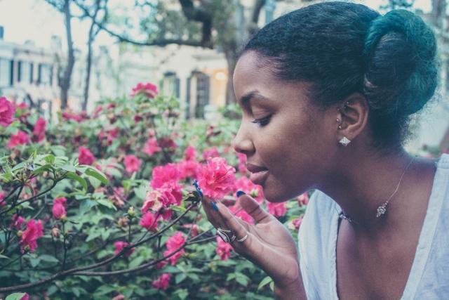 Frau und Pflanze