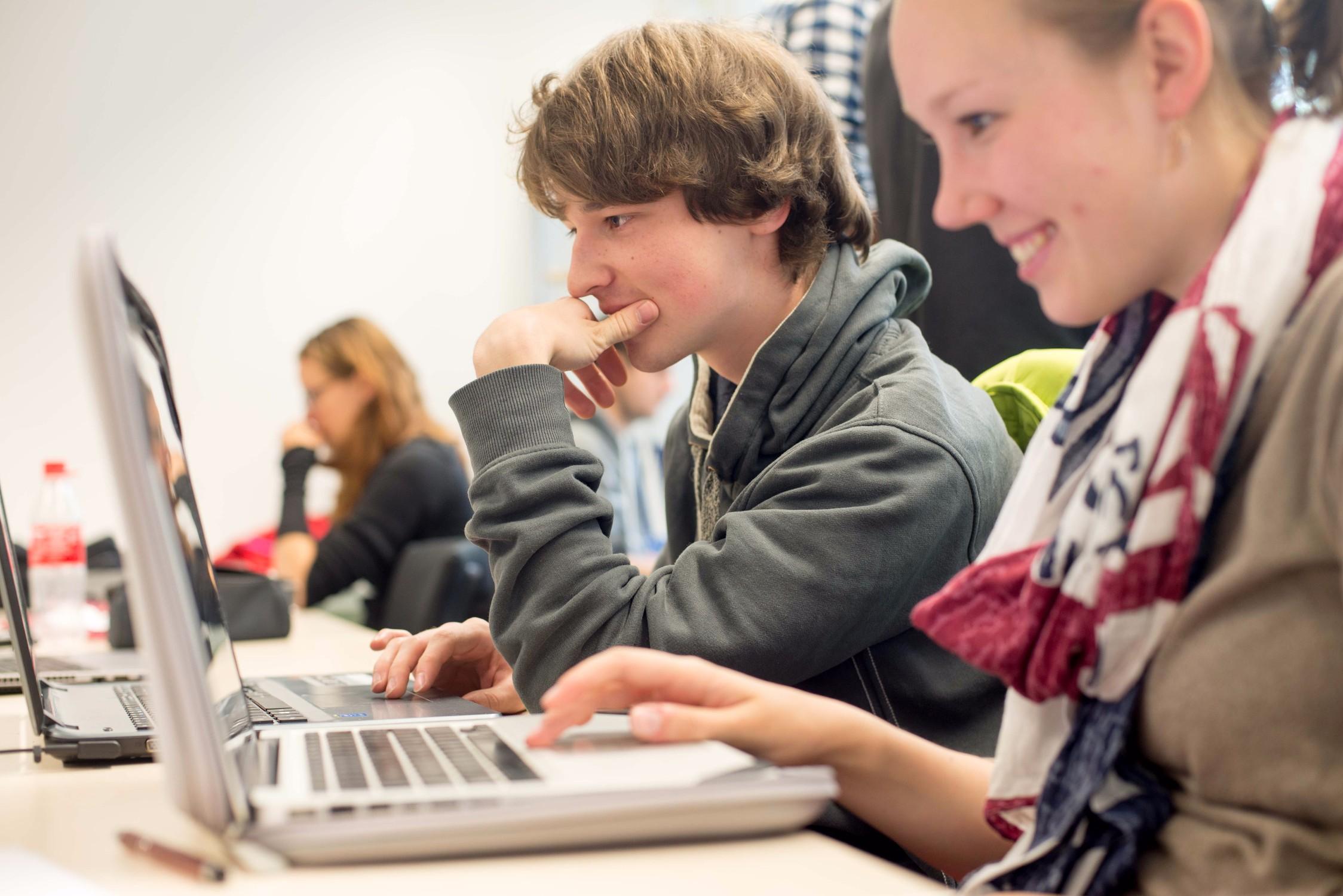 Benni (24) engagiert sich ehrenamtlich in den Fachbereichen Mathematik und Informatik und betreut die Serlo Academy.