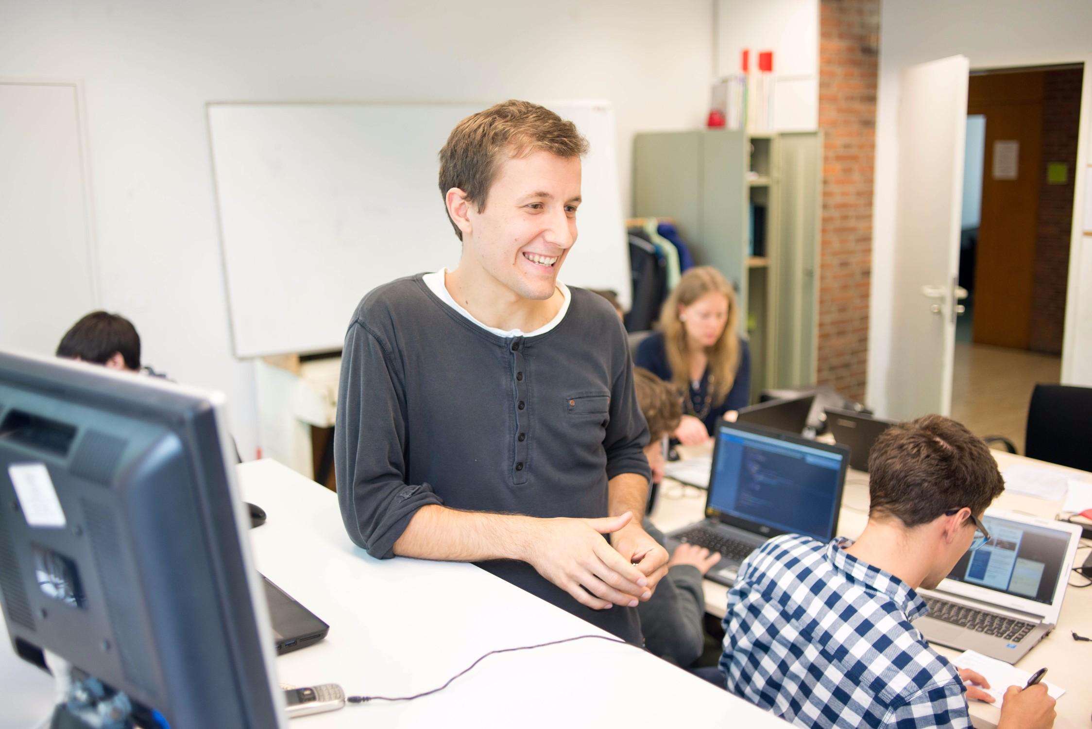 Simon (28) hatte die Idee für serlo.org und arbeitet im Orgateam an der langfristigen Entwicklung von Serlo.