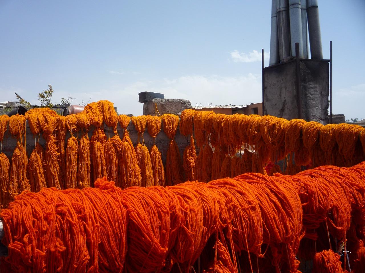 Frisch gefärbte Wolle trocknet in Marokko