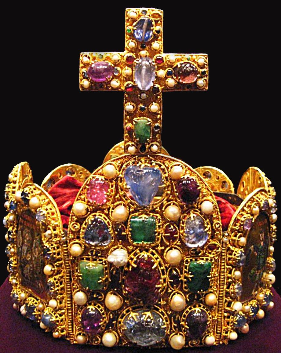 Die Reichskrone des Heiligen Römischen Reiches deutscher Nation. (Quelle: https://commons.wikimedia.org/wiki/File:Weltliche_Schatzkammer_Wien_(169)pano2.jpg)