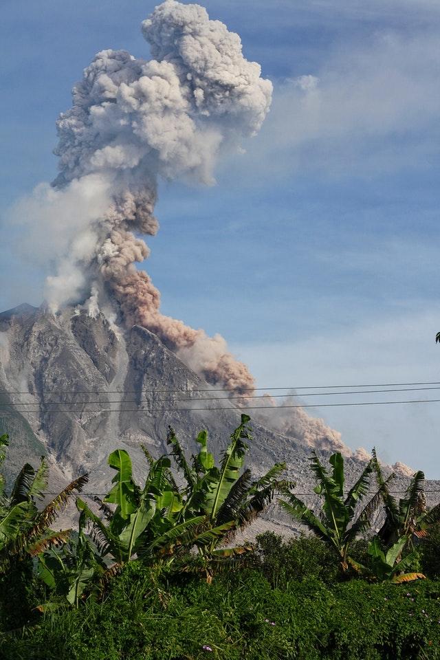 Ein ausbrechender Vulkan