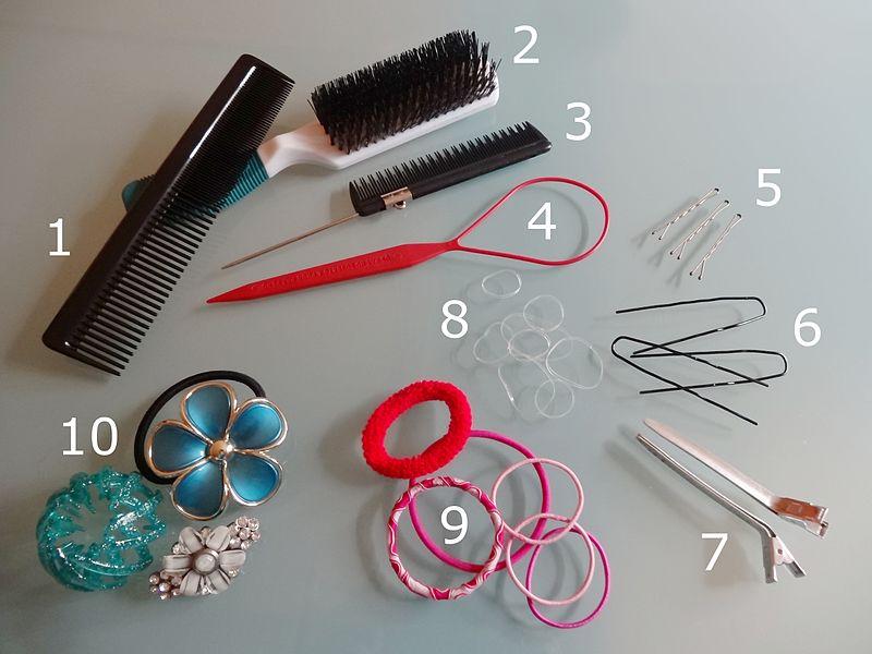 Stylingutensilien für die Haare: Kämme, Haarklammern, Haargummi