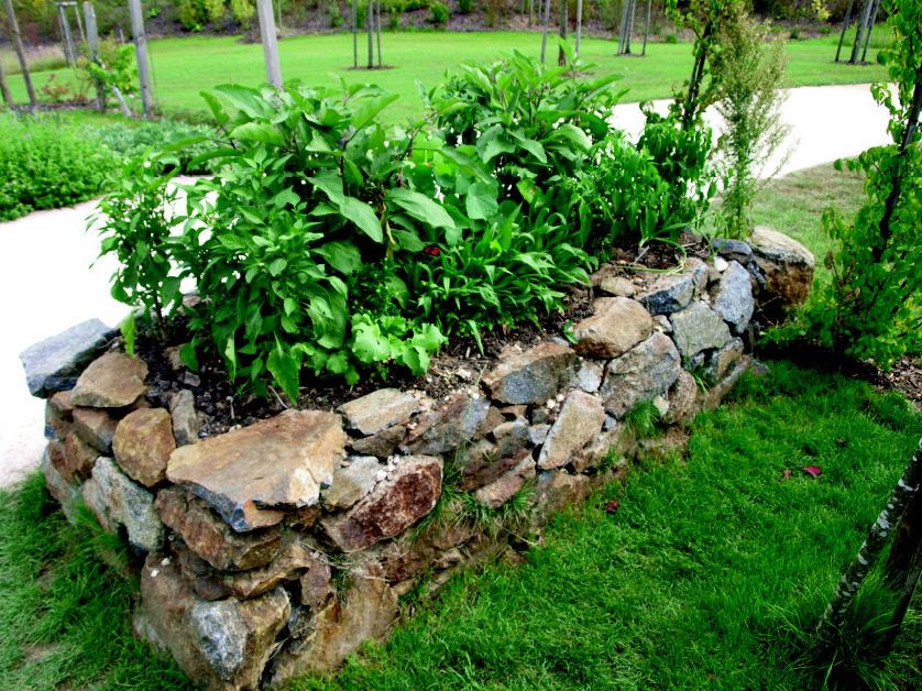 Hochbeet mit Trockenmauer