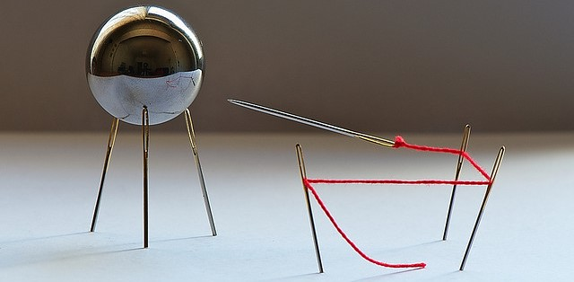 magnetisierte Nadel wird von einer Kugel angezogen