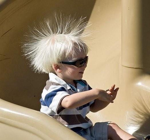 Kind mit elektrisierten Haaren