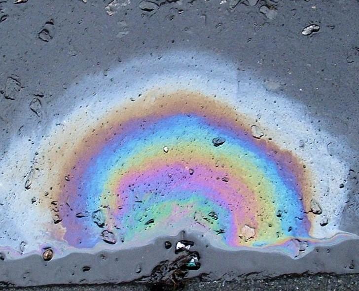 Interferenzfarben bei einem dünen Ölfilm auf Wasser