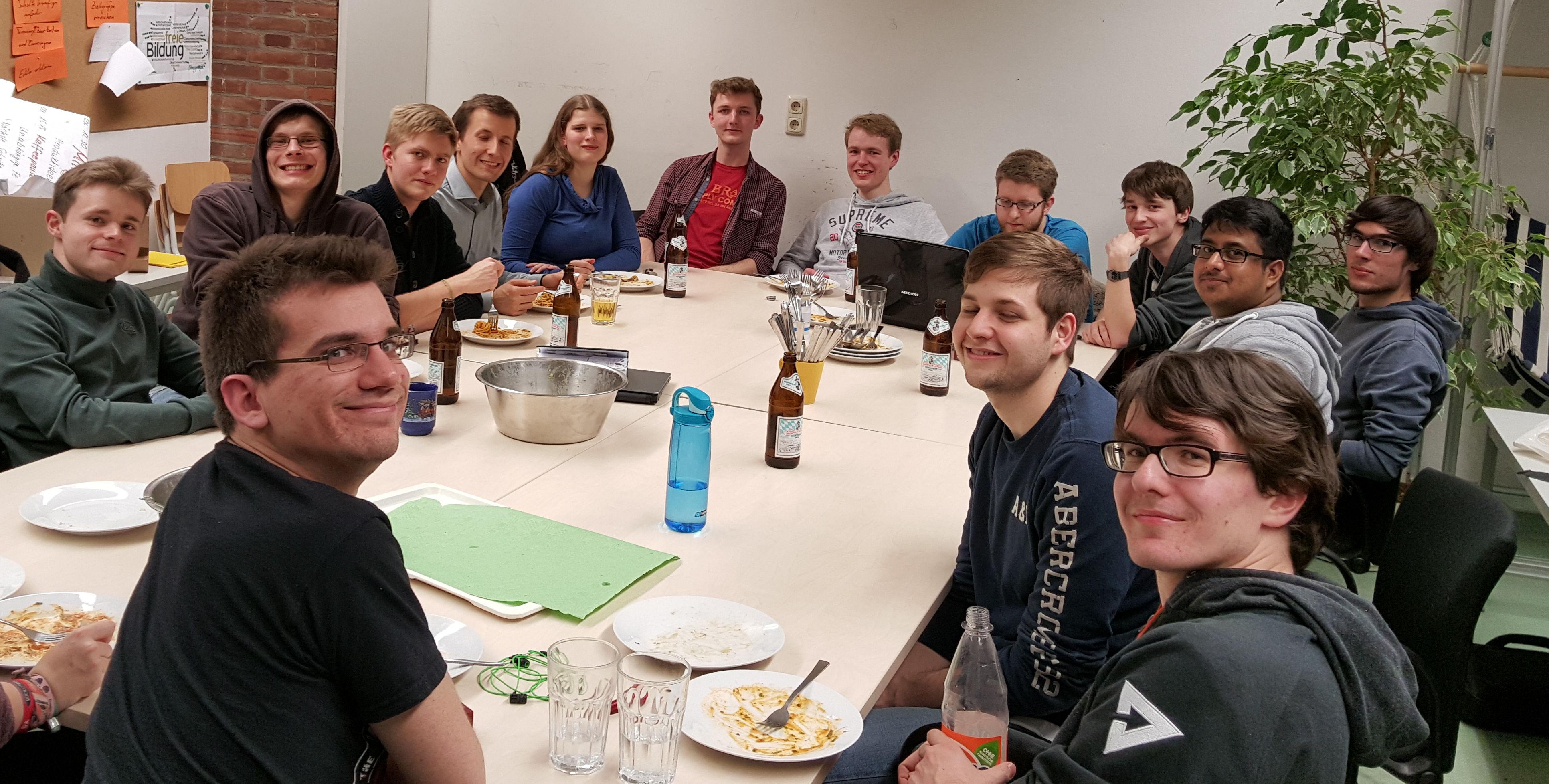 Serlo Team beim Pizzaessen