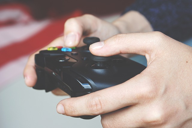 Spielcontroller in der Hand einer Person
